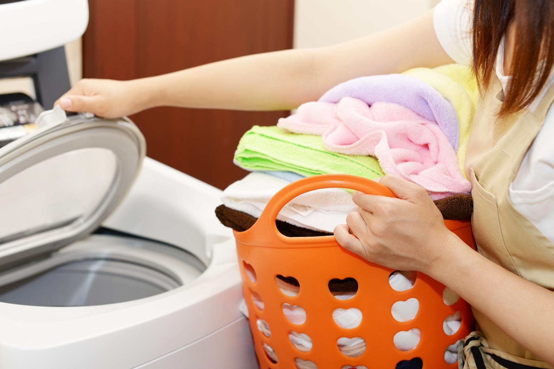 洗濯する主婦